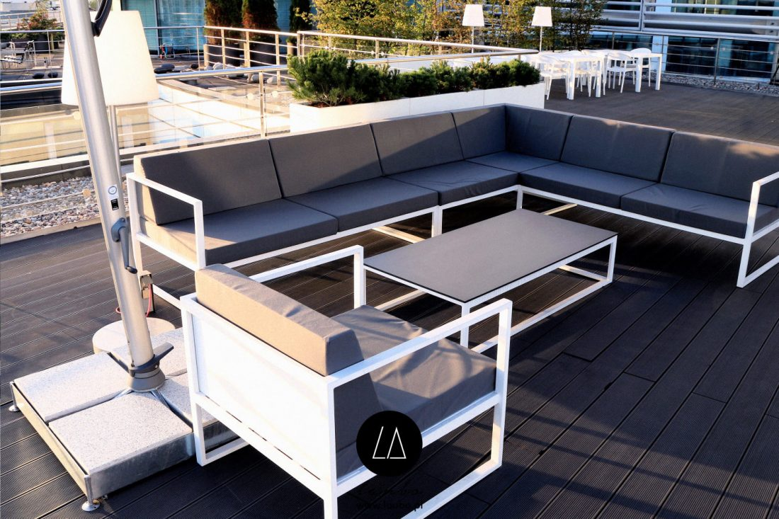 Outdoor furniture set with coffe table