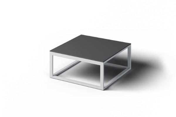 Kwadratowy stolik kawowy na zewnątrz
