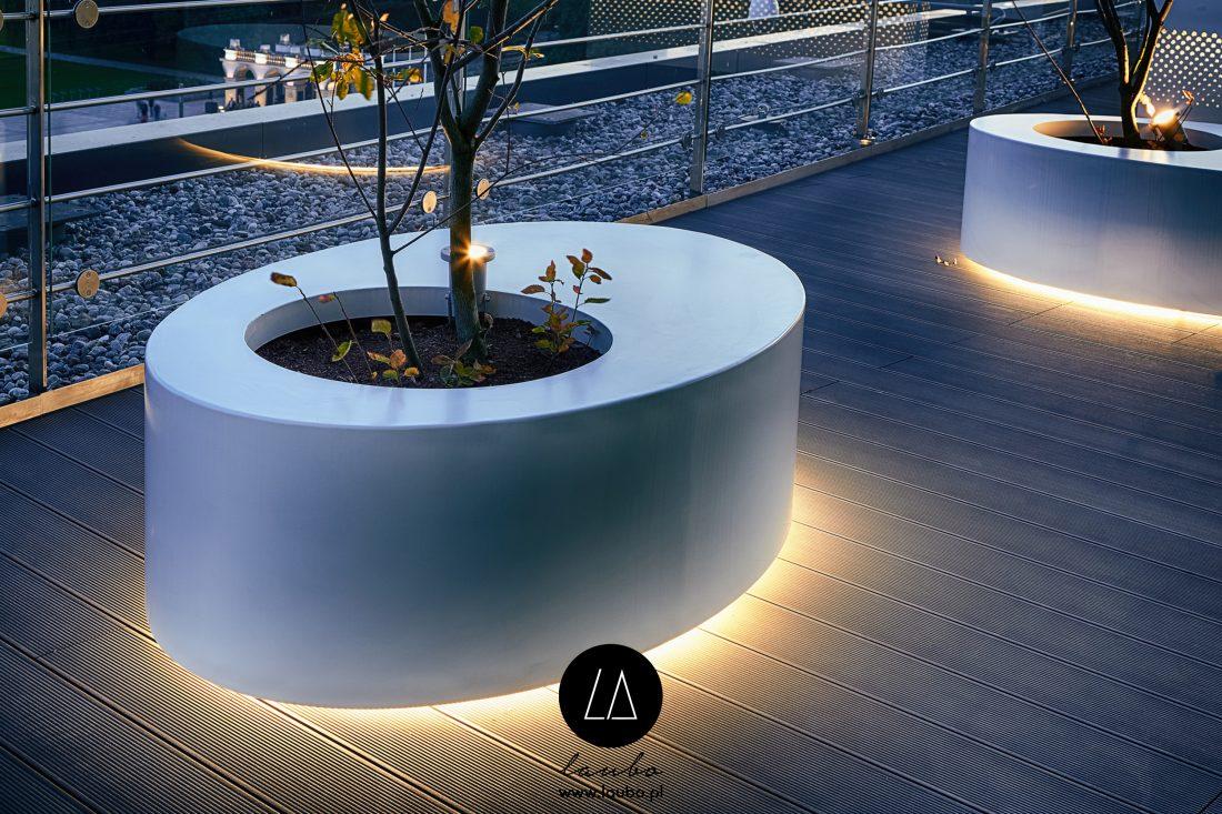 Podświetlana donica z miejscem do siedzenia